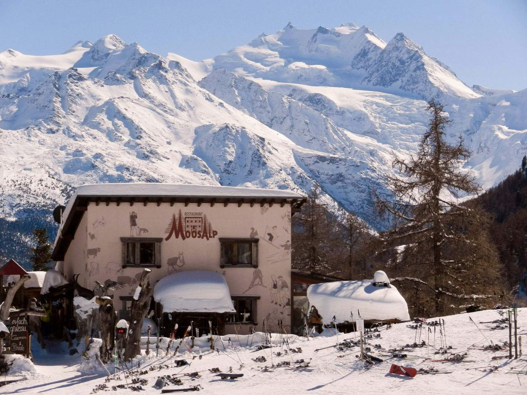 Überregional bekanntes Restaurant Moosalp, auch im Winter zu Fuss und mit PKW erreichbar
