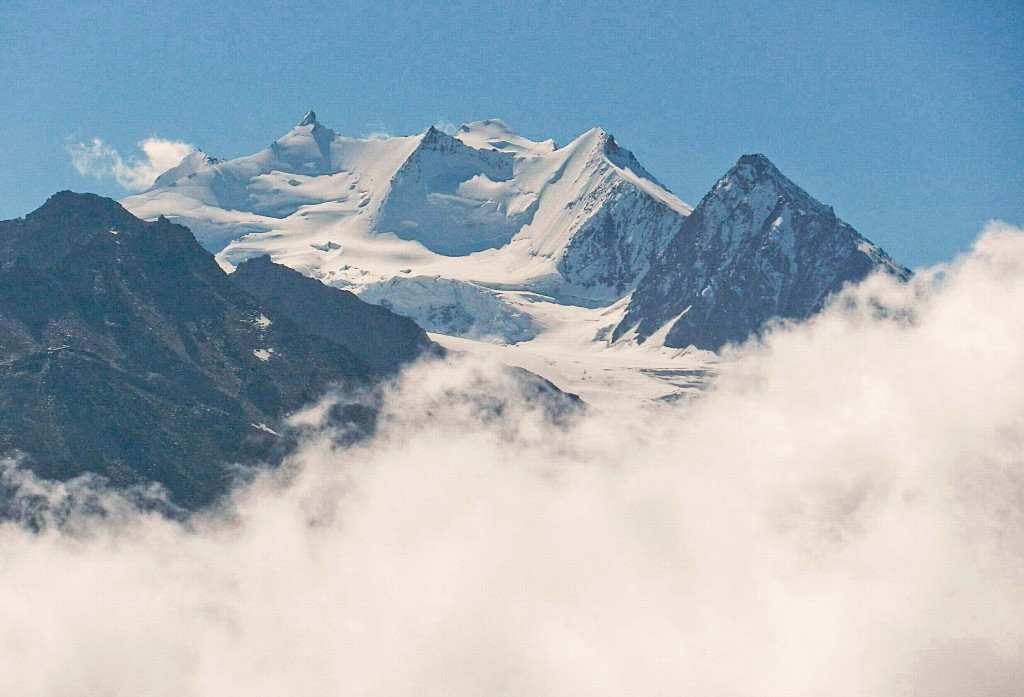 Mischabelgruppe, Sommerfoto. Links Nadelhorn 4.327 m, rechts hinten Dom, 4.545 m