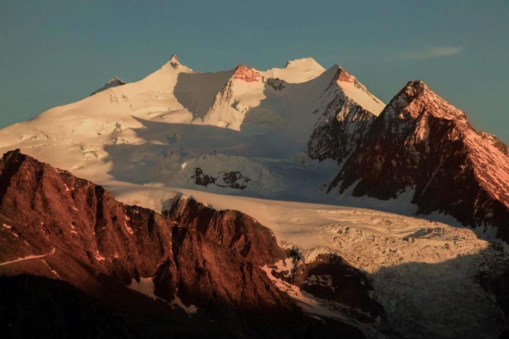 Sonnenuntergang auf der Mischabel-Gruppe, Blick von etwas oberhalb vom Chalet, mittig links Nadelhorn 4.329 m, mittig rechts Dom, 4.545 m