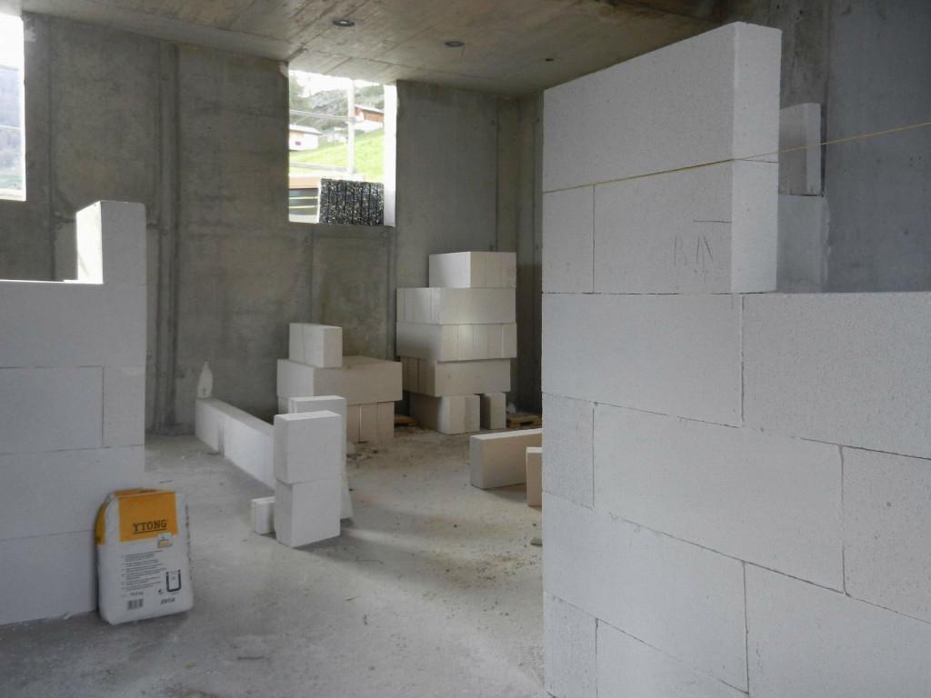 Die nicht-tragenden Innenwände werden traditionell gemauert, hier mit Ytongsteinen.