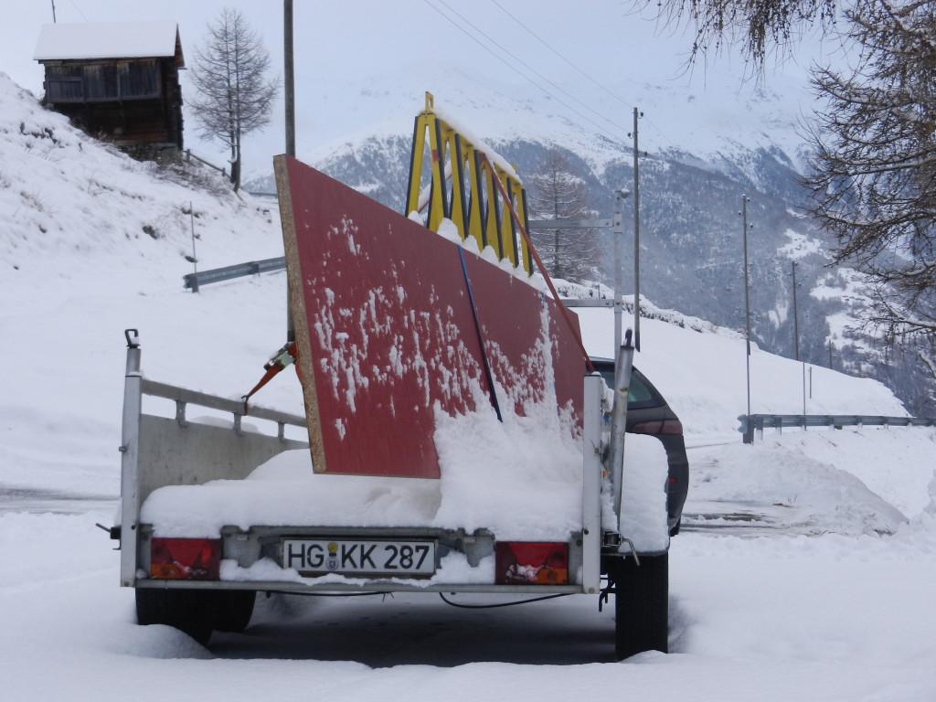 Der PKW-Anhänger schafft es im frischen Schnee mit der Arbeitsplatte der Küche nur bis zur vorletzten Kurve vor dem Chalet.