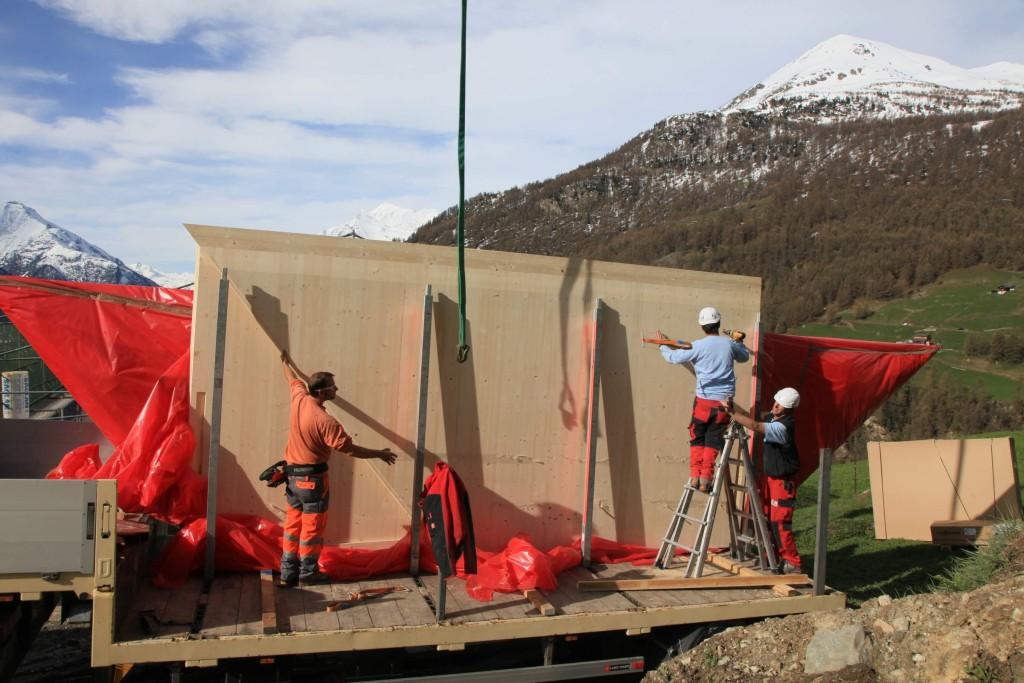 Am zweiten Tag geht es an die Montage der Brettsperrholzplatten, deren übergrosse Ausmasse hier augenfällig werden. Denn nur, wenn sie nicht 'zerschnitten' sind, haben sie ihre maximale Belastbarkeit.
