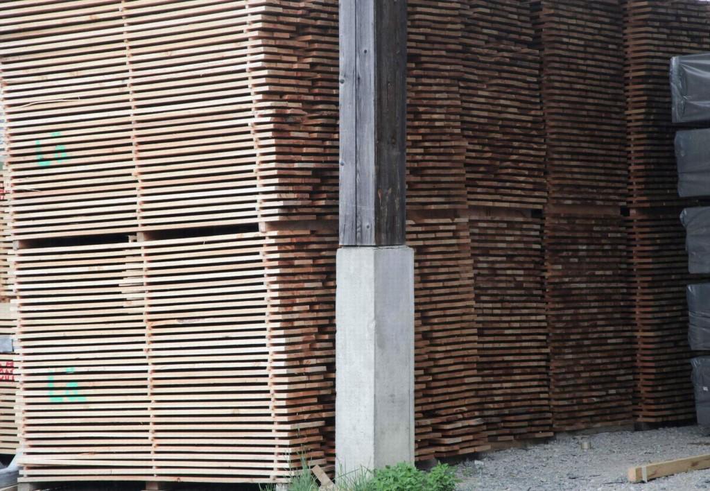 Unter Dach, aber seitlich offen ergibt sich am Firmenstandort Rothenthurm die beste Trocknung der frisch angelieferten Bretter aus schweizer Lärche.