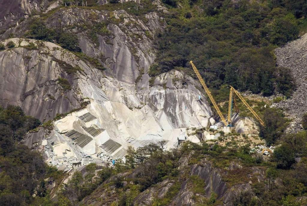 Das Interessante der grossen Steinbrüche im Ossolatal ist, dass sie sich nicht im Talboden befinden, sondern auf mittlerer Hanghöhe quasi am Hang kleben (ähnlich wie beim bekannten Carrara-Marmor).