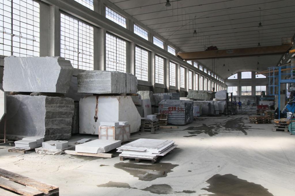 In dieser gewaltig grossen Halle in Domodossola werden die Steinplatten für das Chalet Avantgarde aus einem grossen Block herausgeschnitten.