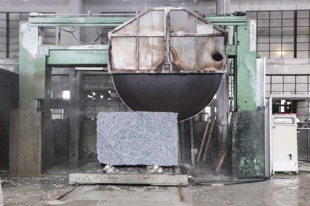 Leider steht zum Grössenvergleich kein Arbeiter neben der Maschine, was aber wegen des gewaltigen Lärms auch nicht möglich ist.