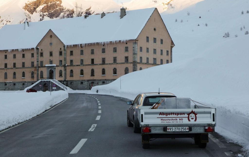 Mit knapp 2 Tonnen Serizzo Antigorio geht es zurück ins Wallis, im Hintergrund das Simplonhospiz.