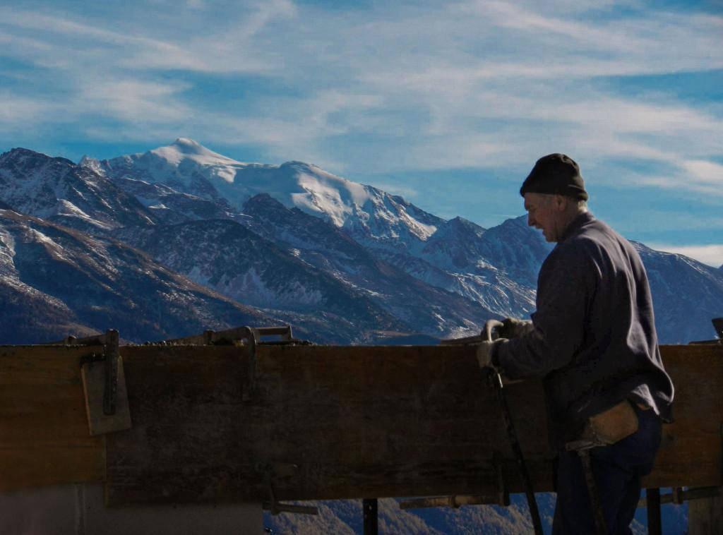 Polier Alex streicht den Beton vom Ringanker der Ostwand glatt, im Hintergrund die vergletscherte Weissmies, 4.017 m, Nov. 2013