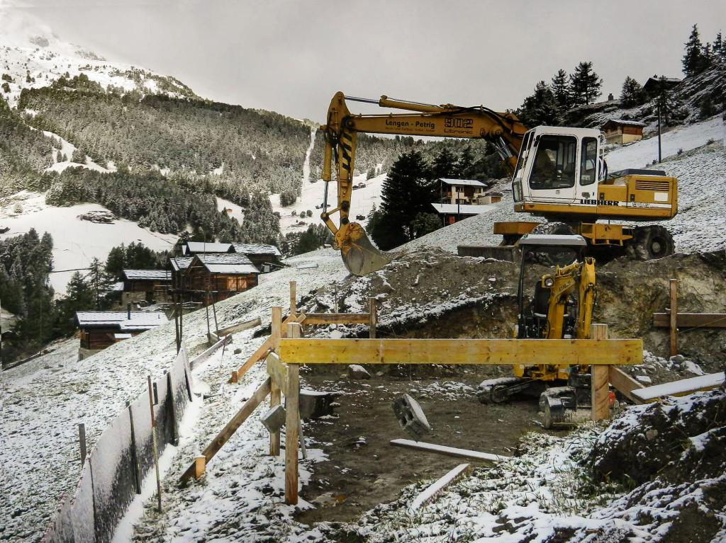 Kaum begonnen, es war noch nicht einmal das Fundament gelegt, kommt ein sehr früher Schneefall, 16.09.2013.
