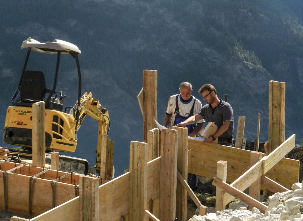 Baumeister Peter Lengen (rechts) erklärt dem Polier Alex (links) die Pläne. 27.09.2013