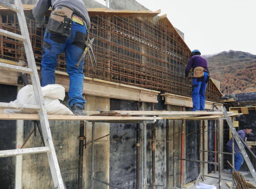 Die Bauarbeiter fertigen die Armierung für den Südgiebel an, oberhalb der grossen Panoramafenster.
