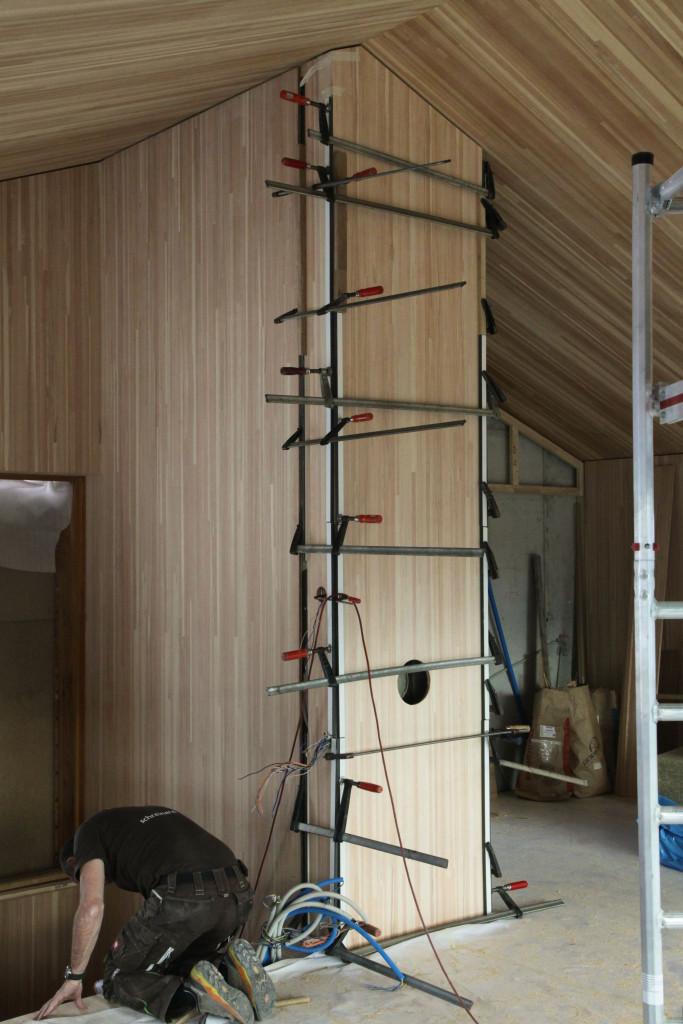Viele Klammern halten die Holzverkleidung des Schornsteins.