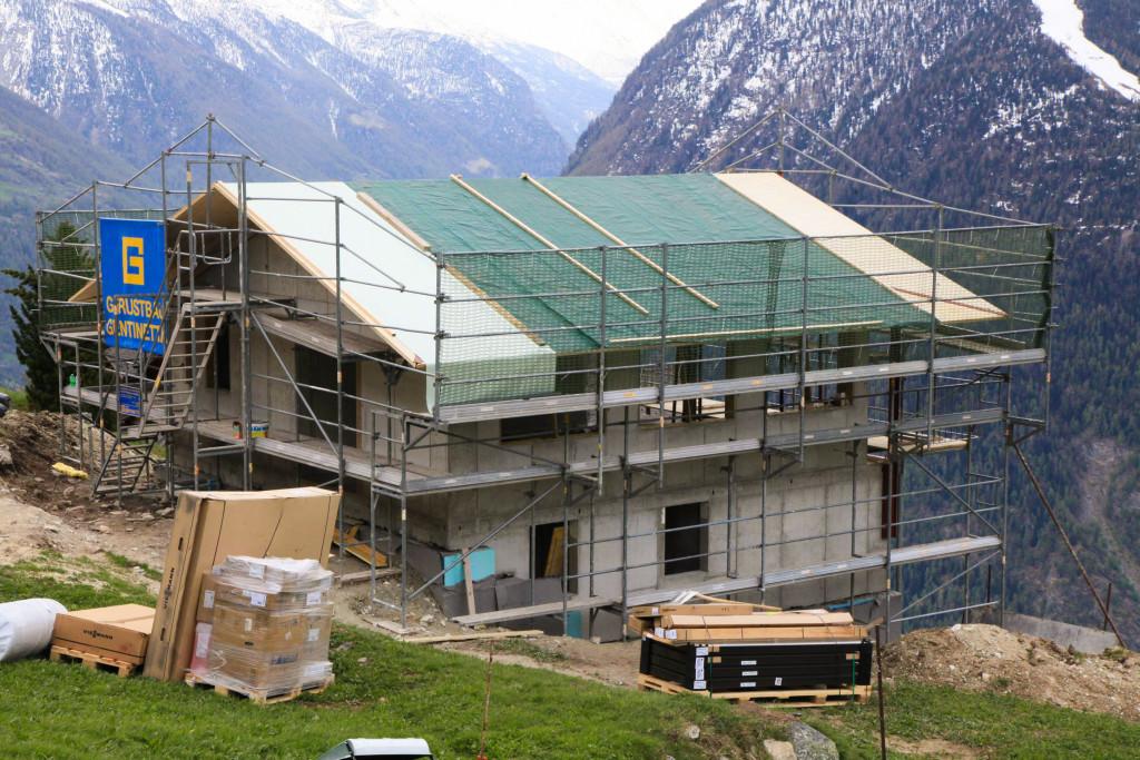 Am Abend des zweiten Tags ist das Dach fertig und wird mit einer Plane geschützt.