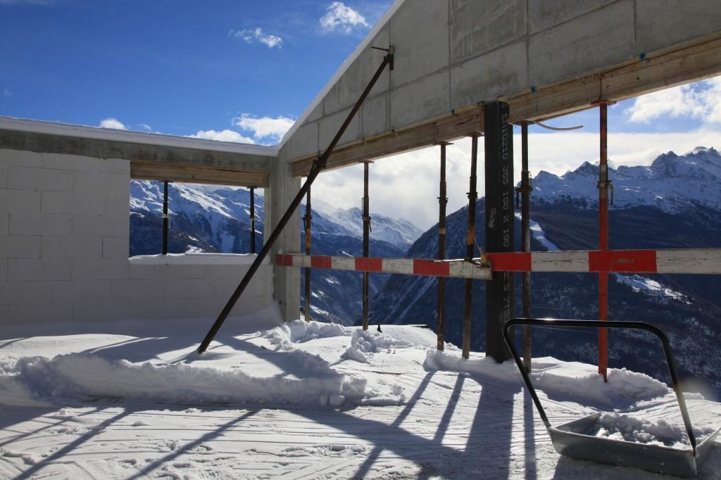Schneeschieben auf dem Wohnzimmerboden ist jetzt Pflicht, damit der Schnee nicht im Frühjahr schmilzt und den Beton völlig durchnässt.
