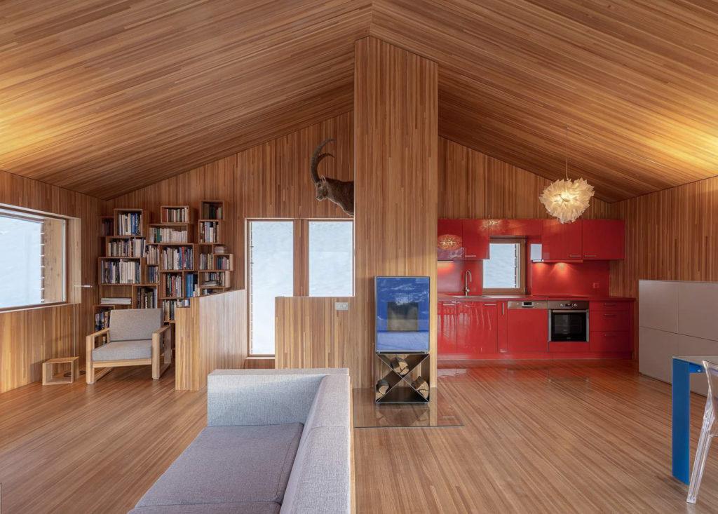 Wohnraum nach Norden. Links Bibliothek, rechts Küche