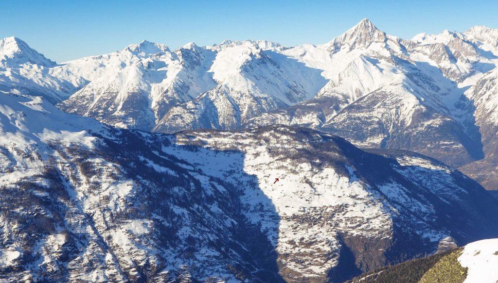 Position des Chalets = roter Pfeil, vom Skigebiet Grächen aus